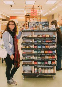 Marie Jelonek de Les produits de MaYa devant les produits de la Savonnerie des Diligences dans la boutique Terre à Soi