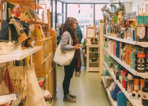 Marie Jelonek, fondatrice des Produits de MaYa visite les étals de la boutique Terre à soi
