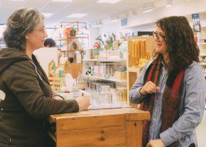 Aline et Marie dans la section vrac du magasin Terre à Soi